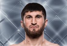 Magomed Ankalaev treft Darko Stosic tijdens UFC Praag