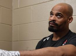 David Branch maakt opwachting tegen Andrew Sanchez tijdens UFC Vancouver