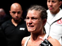 Hannah Cifers treft Jodie Esquibel tijdens UFC 241 in Anaheim
