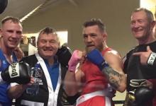 Conor McGregor vecht bokspartij tijdens gala in Dublin