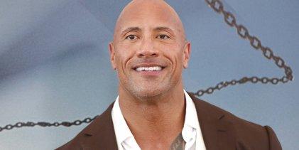 Dwayne 'The Rock' Johnson reikt BMF titel uit tijdens UFC 244