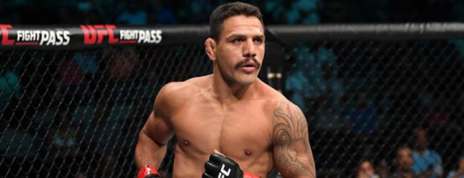 Rafael Dos Anjos treft Michael Chiesa tijdens UFC Raleigh