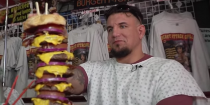 Frank Mir waagt zich aan de Heart Attack Grill hamburger van 20.000 calorieën