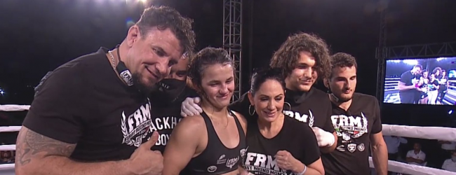 Bella Mir (17) wint haar professionele MMA debuut in Mexico